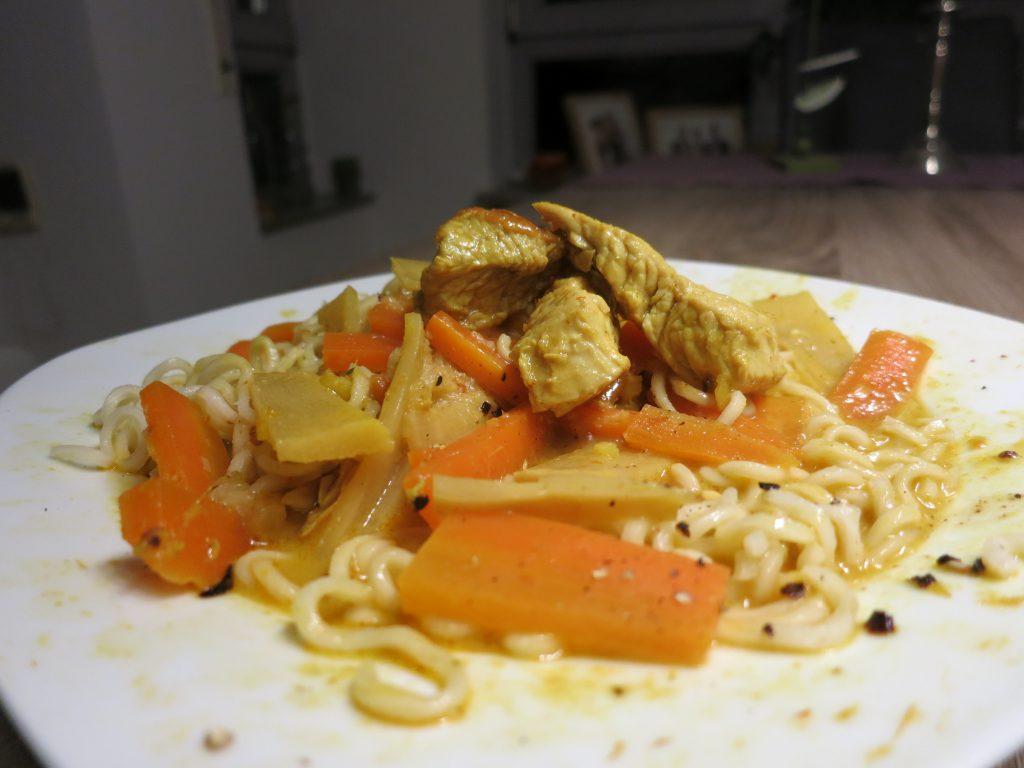 Thailändische Suppe im tiefen Teller