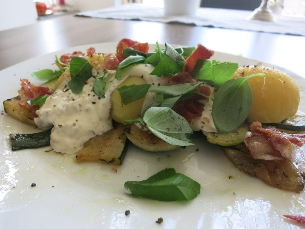 Zuchini mit Kartoffeln anrichtet