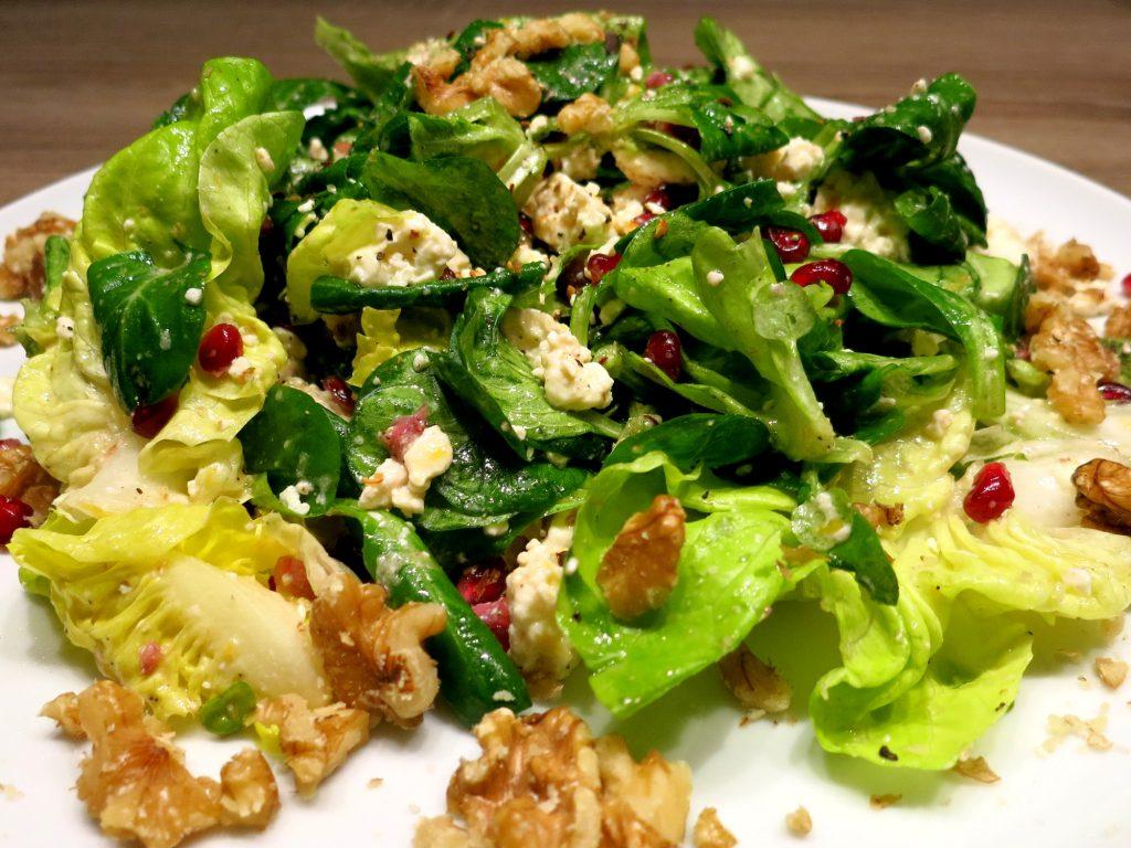 Feldsalat mit Feta und Walnüssen