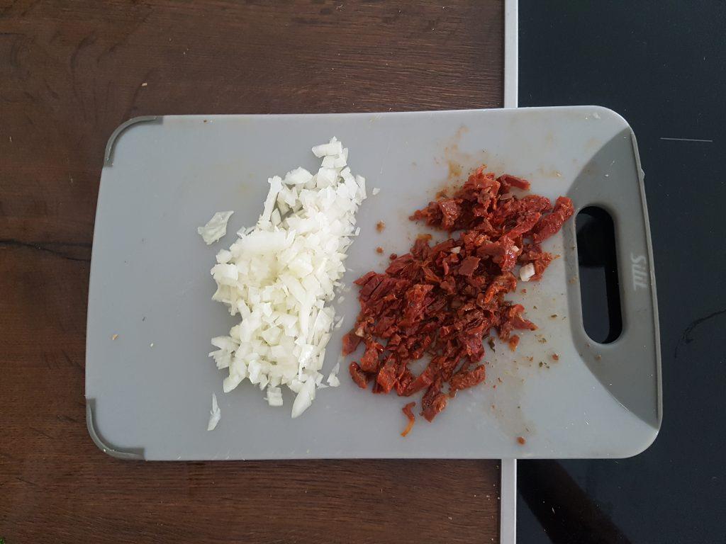 Gehackte Zwiebeln und getrocknete Tomaten